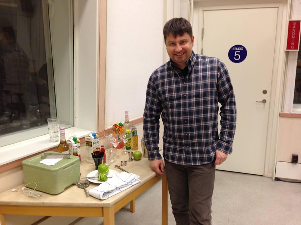 Michael Krantz blandar alkoholfria drinkar i Sveriges Radio P4 Sörmland | Foto: Johanna Iggsten
