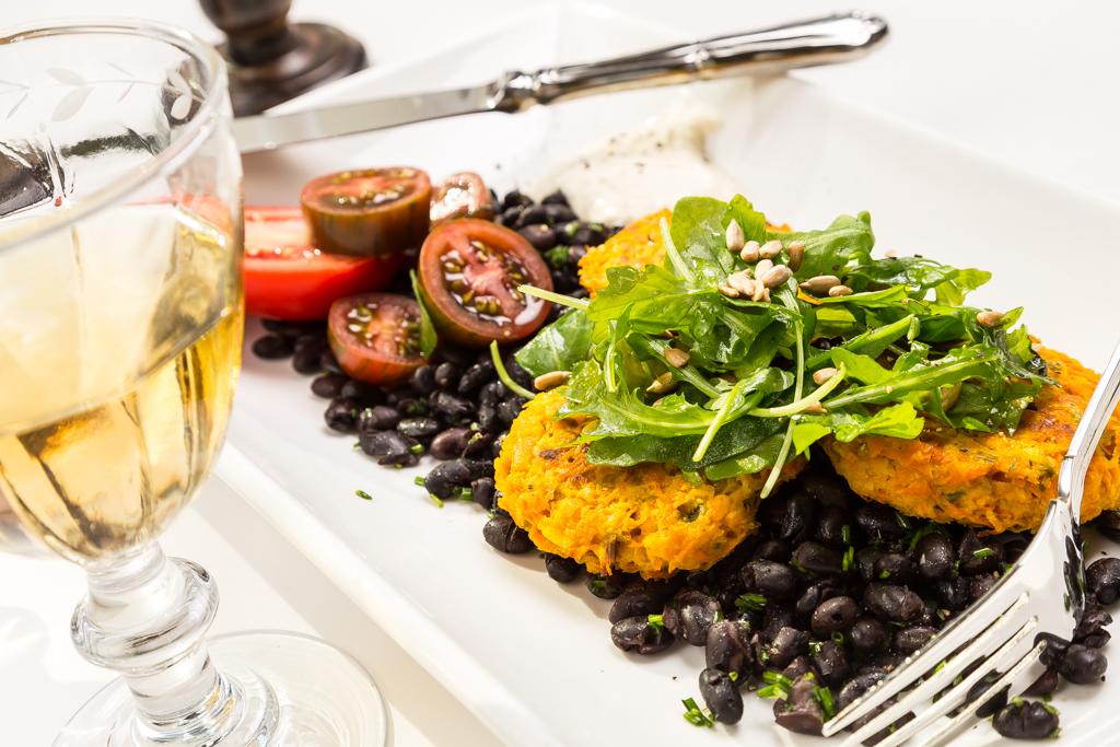 Kryddiga morotsbiffar, svarta bönor och parmesancrème | Foto: Michael Krantz