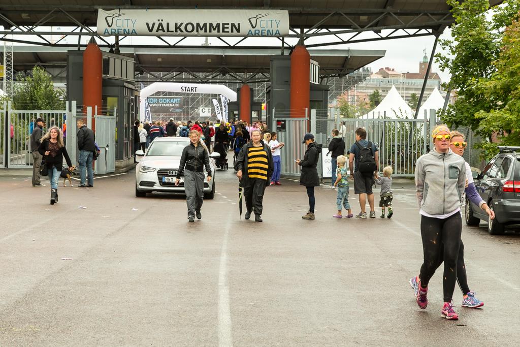Hur kan man tillåta bilar och gående på banan? Color me rad Göteborg | Foto: Michael Krantz